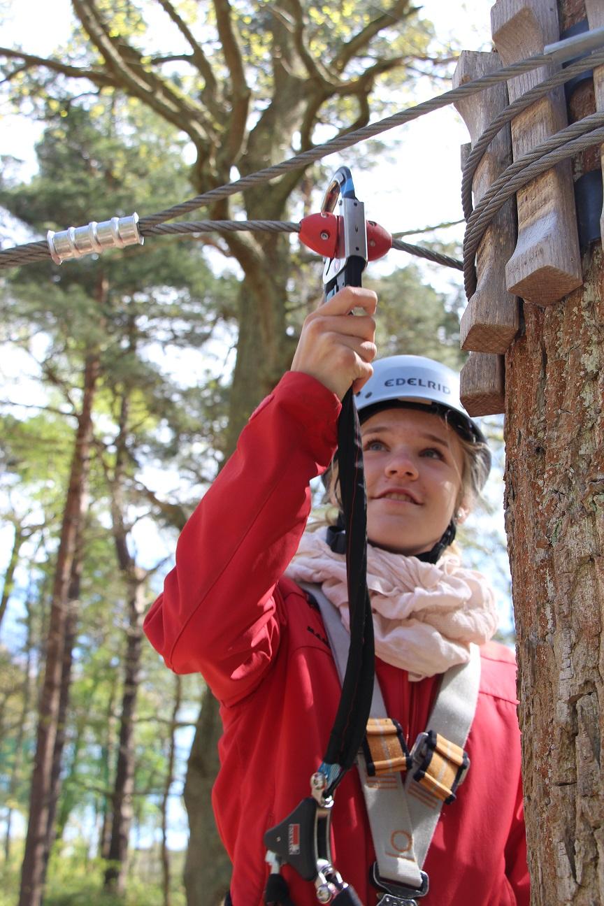 Mädchen beim Tweezeln in der Einweisung Kletterwald BinzProra