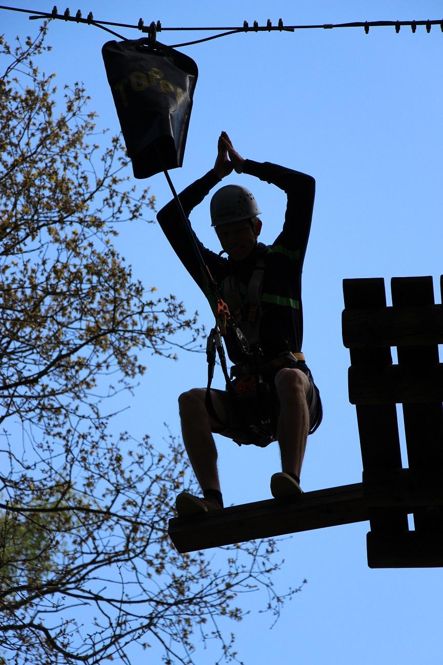 Tim beim Sprung in Parcours 10 im Kletterwald BinzProra