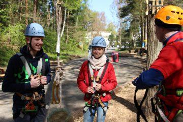Tim und Mara in der Einweisung im Kletterwald BinzProra, Mara mit lustigem Gesicht