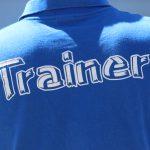 Schriftzug Trainer auf T-Shirt