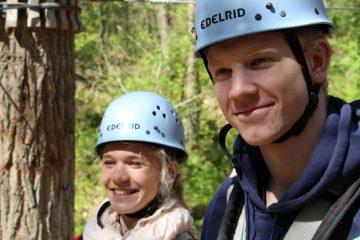 Tim und Mara in der Einweisung im Kletterwald BinzProra