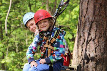 Tia und Mara beim Klettern in Parcours 2