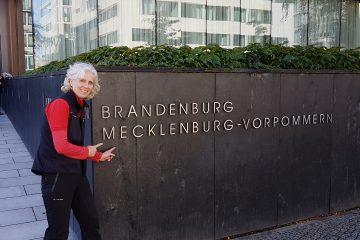 Angelika Haeusler vor Landesvertretung MV in Berlin