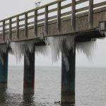 Binzer Seebrücke im Winter mit Eiszapfen