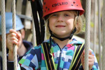 kleines Mädchen in Parcours 1 beim Klettern