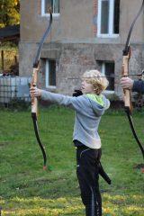 junger Bogenschütze zielt mit Intuitivbogen
